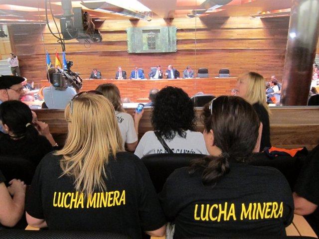 Mujeres De Mineros Siguiendo El Pleno
