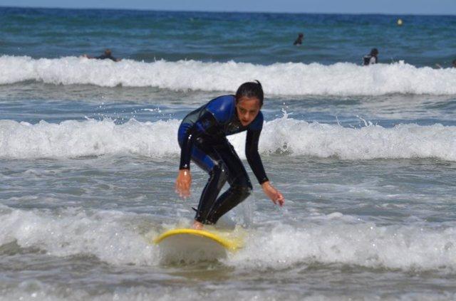 Niña Aprendiendo A Hacer Surf