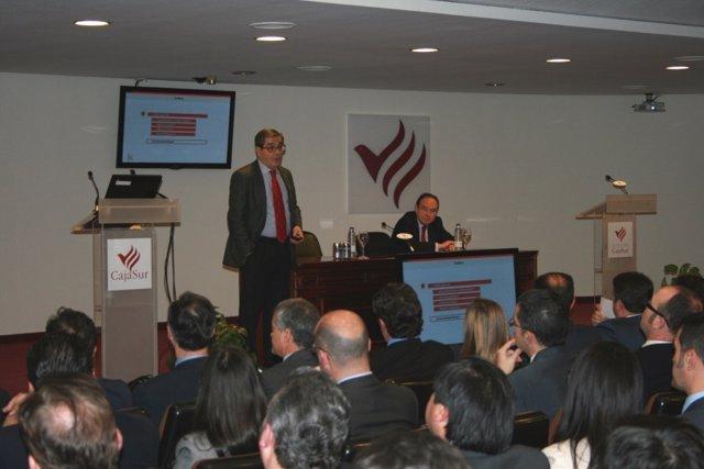 Fernández (de pie) y Pla (sentado) en la reunión con empleados de CajaSur