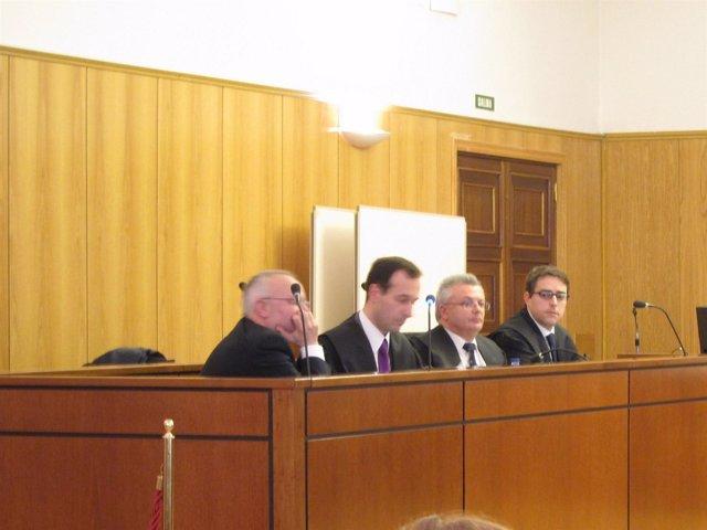 Los hermanos Maurilio y Amado Parrado junto a sus abogados.