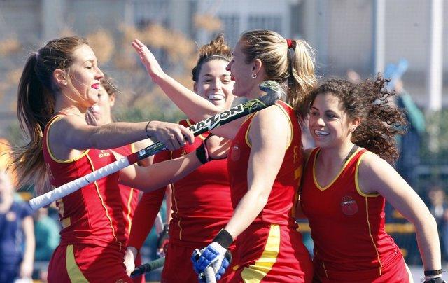 La selección española femenina de hockey sobre hierba celebra un gol