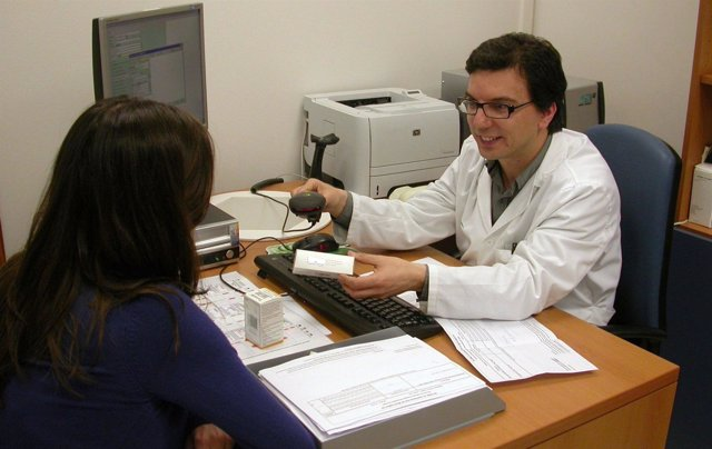 Un Médico Atiende A Una Usuaria En Su Consulta De Patologías Víricas