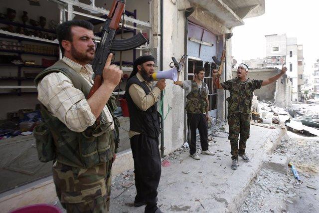 Rebeldes sirios combaten al gobierno en Alepo
