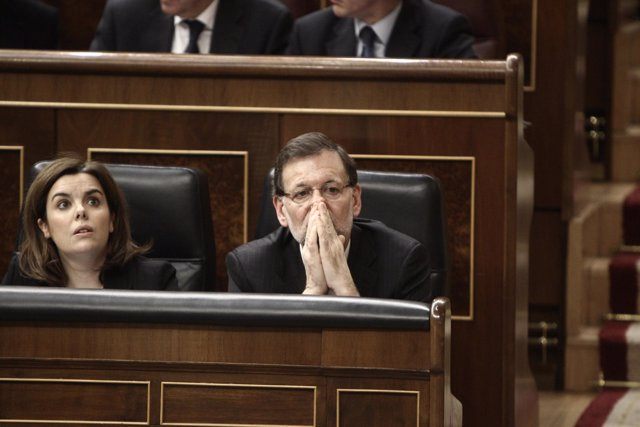 Rajoy y Santamaría con cara de expectación en el Congreso