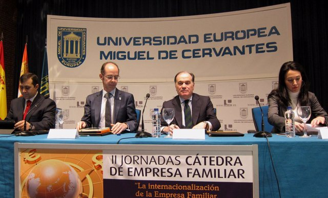 Villanueva, segundo por la derecha, en la UEMC