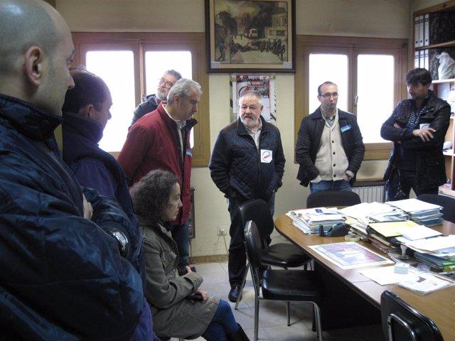 Pino (tercero por la derecha) durante la visita a los encerrados.