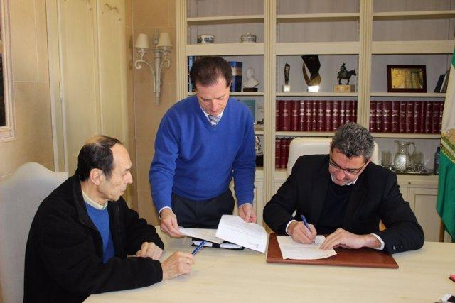 Firma del convenio entre el alcalde y el responsable de Alguadaíra.