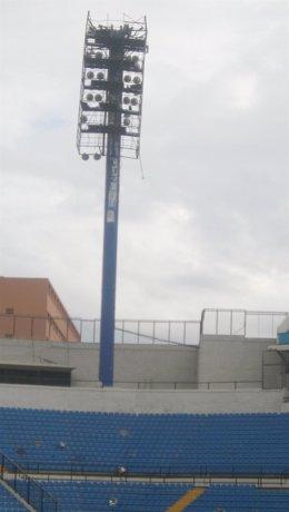 Poste del estadio Rico Pérez junto a los focos caídos sobre la grada
