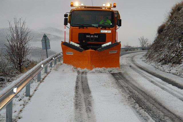 Máquina Quitanieve Trabaja En Una Carretera De La Provincia De Zaragoza