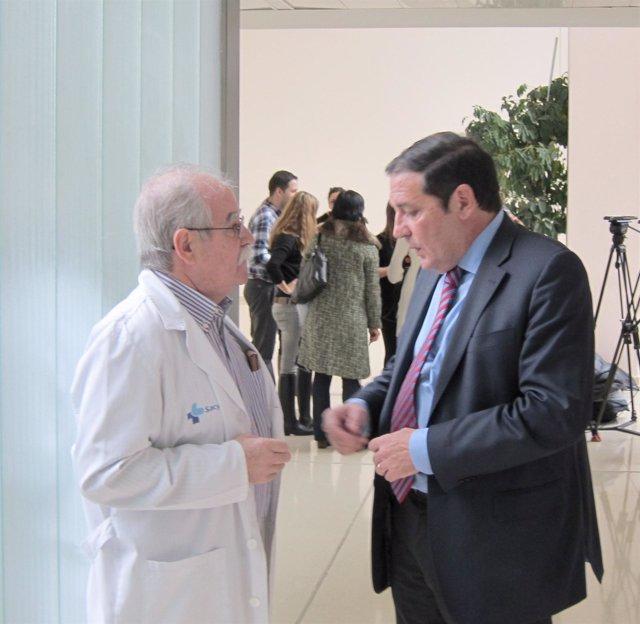 El consejero de Sanidad charla con un médico