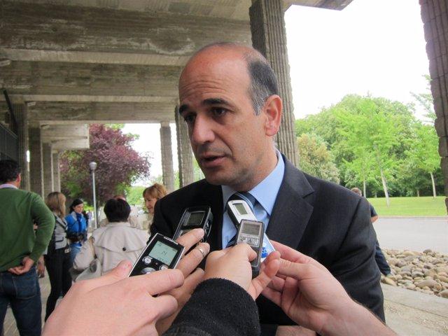 Alberto Catalán Atiende A Los Medios De Comunicación.