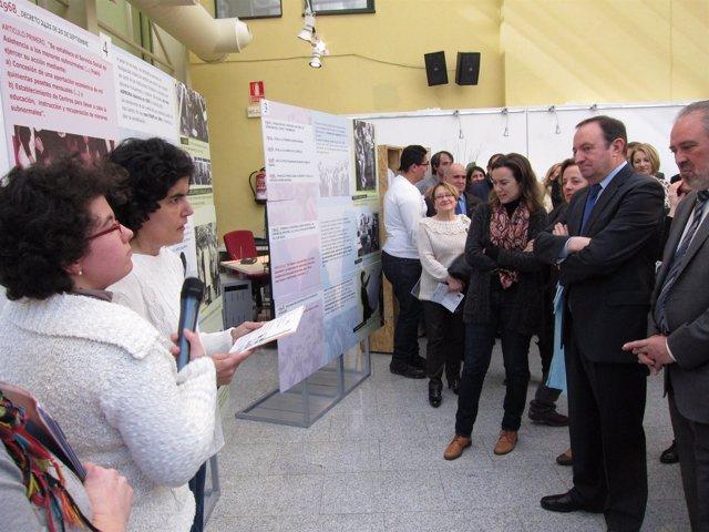 Sanz y Gamarra escuchan a una de las guías de la exposición