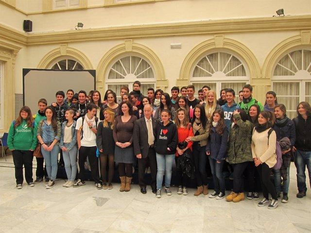 El presidente de la Diputación de Almería recibe a los alumnos de un instituto