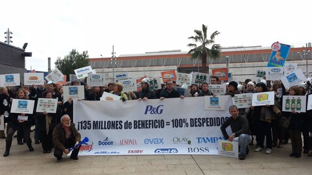 Trabajadores de  Ausonia protestan frente a la sede del Mobile World Congress