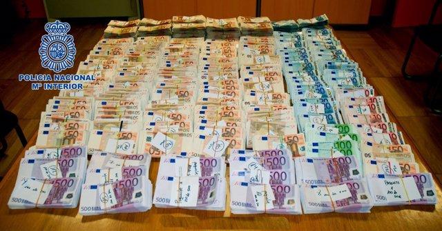 Dinero intervenido a dos búlgaros detenidos en Santiago por blanqueo