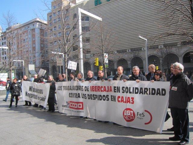 Manifestación de los trabajadores de Caja3 en frente de la sede de CAI.