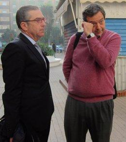 Miguel Osuna (a la derecha) con su abogado Felipe Meléndez