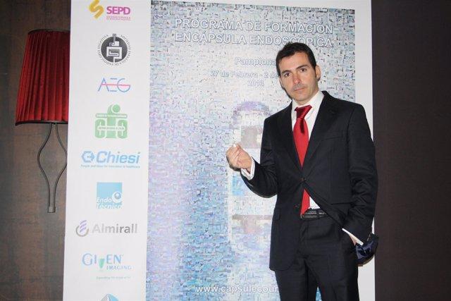 El doctor Ignacio Fernández-Urién con la cápsula endoscópica