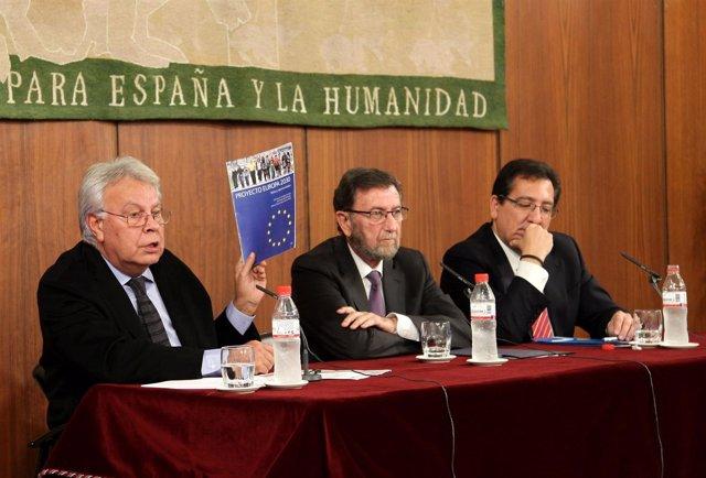 Felipe González, a la izquierda, en unas jornadas del Parlamento andaluz