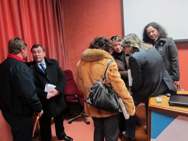 La conselleira Rosa Quintana, con algunos de los participantes en la reunión