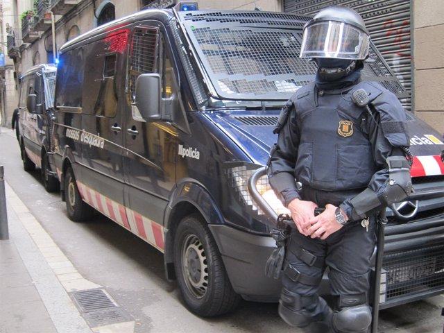 Antidisturbio durante la huelga en Barcelona