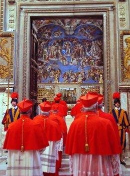 Cardenales al inicio del cónclave para elegir papa el 18 de abril de 2005