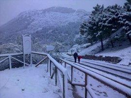 El puerto de Las Palomas, en Grazalema, continúa cerrado al tráfico tras la intensa nevada de este jueves