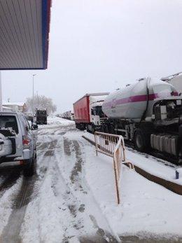 Nieve, carretera nevada, frío, temporal, tráfico, camiones parados
