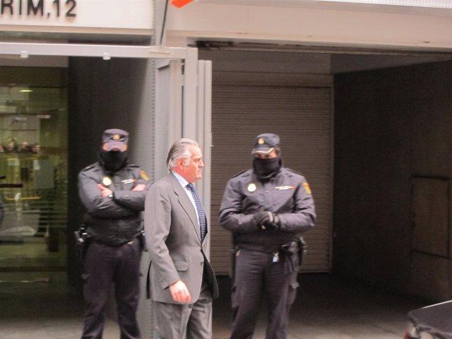 Luis Bárcenas sale de la Audiencia Nacional tras entregar su pasaporte.
