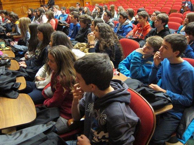 Alumnos de la escuela Maristes asisten a una conferencia sobre ciberacoso (Icab)