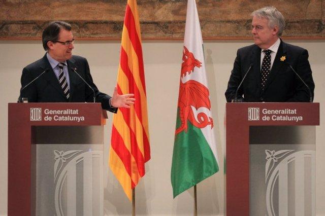 A.Mas y el primer ministro galés C.Jones