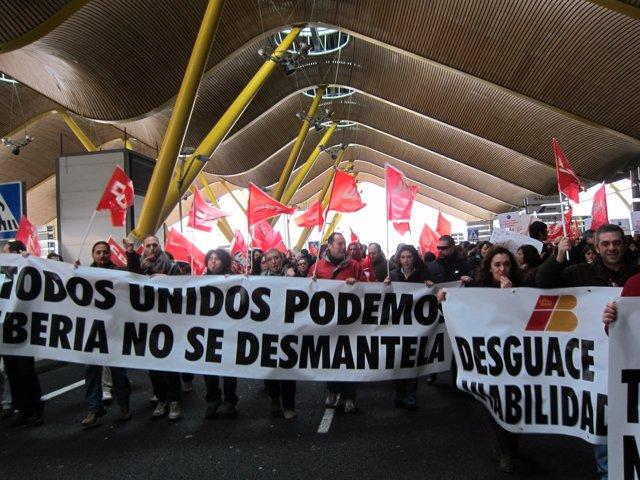 Trabajadores de Iberia protestan en la T4
