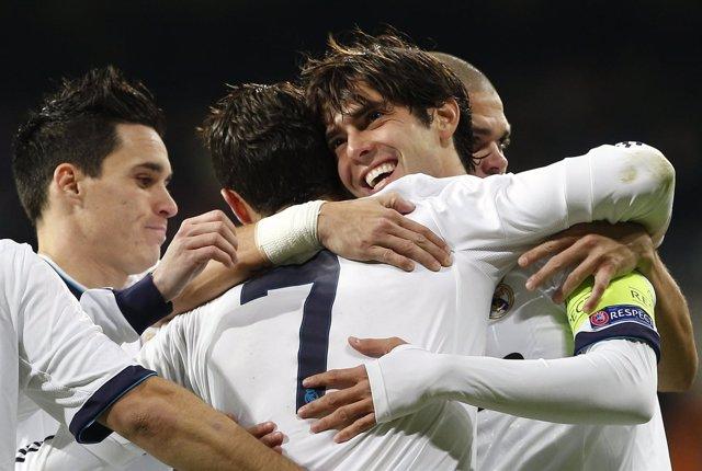 Kaká celebra el tercer gol ante el Ajax