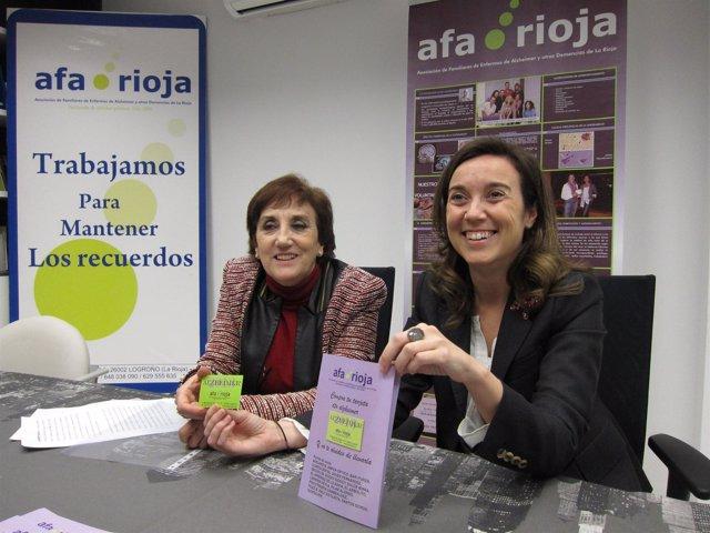 Gamarra y Ayensa muestran la tarjeta y el folleto con los comercios adheridos