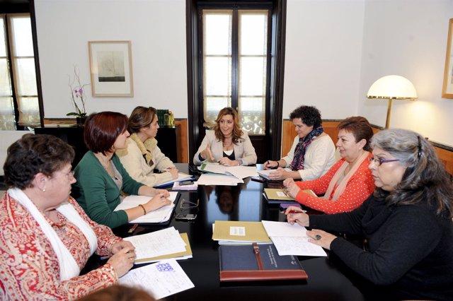 Susana Díaz, en el centro, este viernes