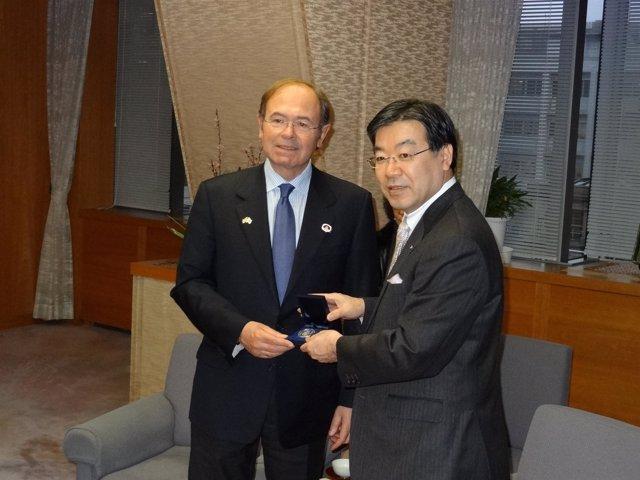 El presidente del Senado, Pío García-Escudero, con el gobernador de Kioto