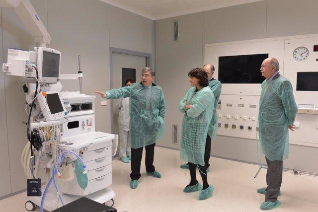 Vera visita uno de los nuevos quirófanos de Ubarmin.
