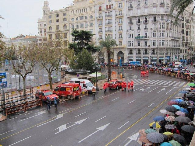 Público congregado bajo la lluvia para la primera mascletà Fallas 2013