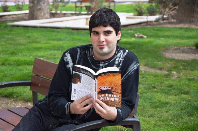 Juan Martín Salamanca posa junto a su primera novela