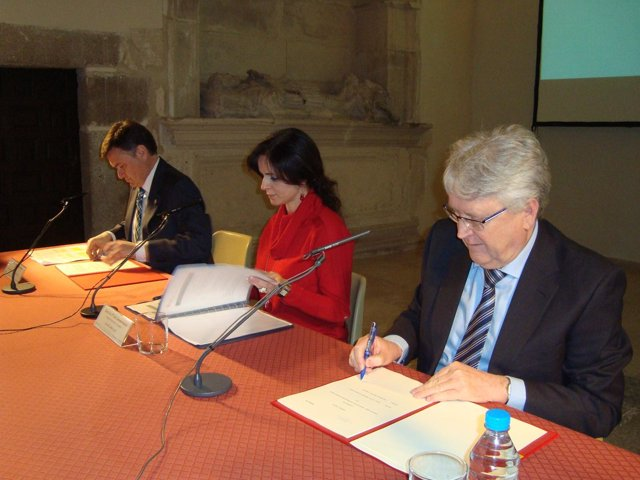 Firma del convenio en el Esteban Vicente