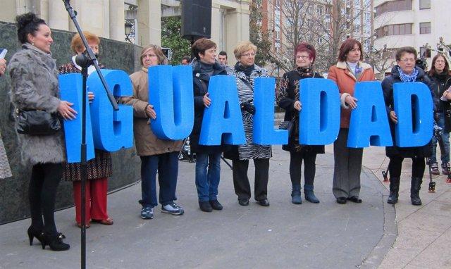 Mujeres Sujetan Palabra 'Igualdad' Por Día Mujer Trabajadora 8 Marzo