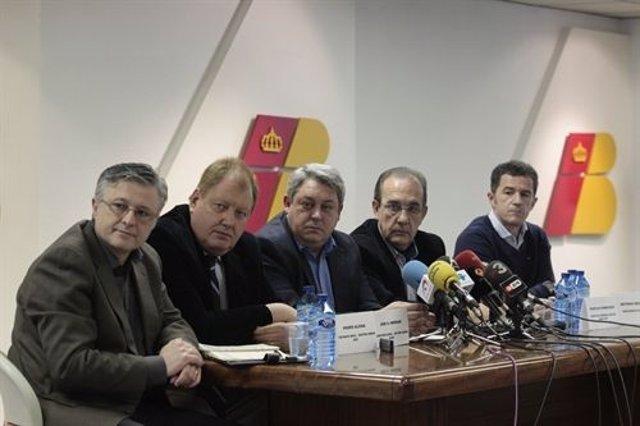 Representantes de los sindicatos de Iberia