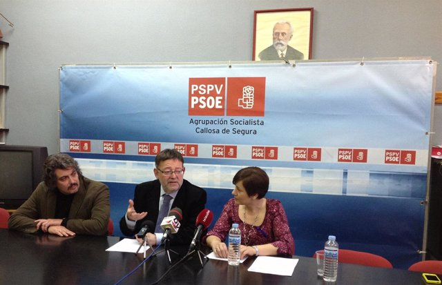 Ximo Puig (centro) en rueda de prensa