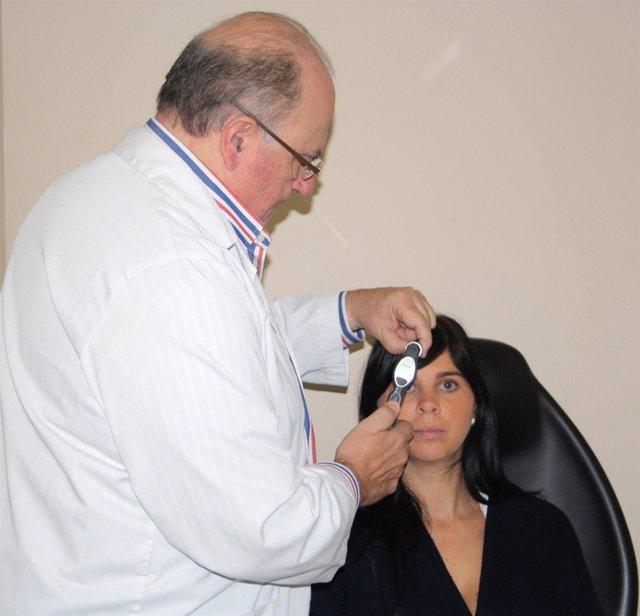 Médico Realizando Una Medición Ocular Para Detectar El Glaucoma