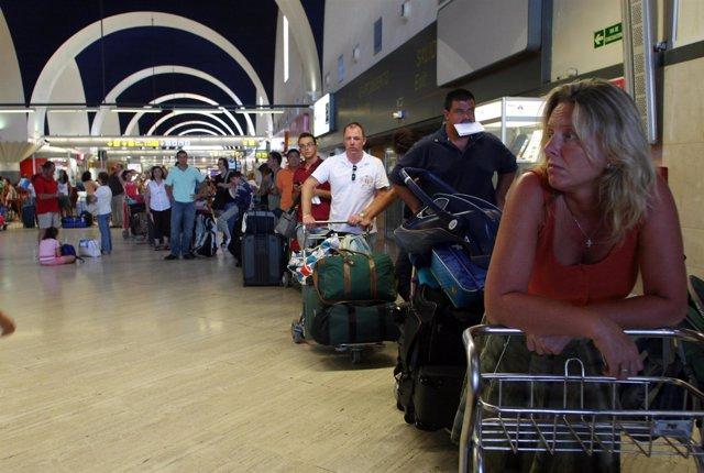 Pasajeros en el aeuropuerto de Sevilla