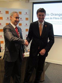 El CEO de Vodafone, Antonio Coimbra, y el CEO Orange España Jean Marc Vignolles