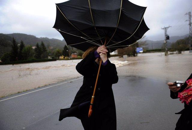 Viento España mujer con paraguas