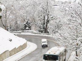 La nieve ocasiones problemas en algunas zonas de Pamplona