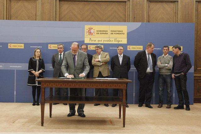 Dirección de Iberia y sindicatos firman la propuesta del mediador, Gregorio Tude