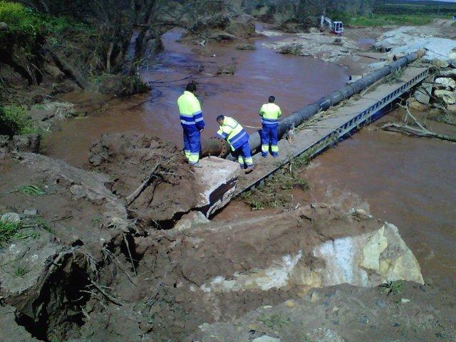 Operarios de Somajasa en el lugar de la avería que ha dejado sin agua a Mengíbar